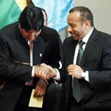 Photo: César Guedes, right, shakes hands with Bolivian President Evo Morales (left)