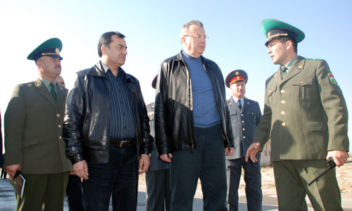 Photo: UNODC: Left to right: Colonel Saidmirzo Bodomov, Deputy Head of Border Control Department of the Tajik Border Forces, Lieutenant General Rustam Nazarov, Director of the Drug Control Agency under the President of the Republic of Tajikistan, UNODC Executive Director Mr. Yury Fedotov and Major Alisher Rakhimov, Head of the Border Crossing Point at Nijniy Pyanj, Tajik-Afghan Border from Tajik side