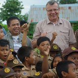 Gories Mere (Head of BNN, in grey jacket) with UNODC Executive Director Yury Fedotov (centre) at a village in south Sumatra which receives support from the rehabilitation project
