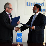 EMCDDA Director Wolfgang Götz (left) shakes hands with UNODC Deputy Executive Director Sandeep Chawla at the signing ceremony in Vienna