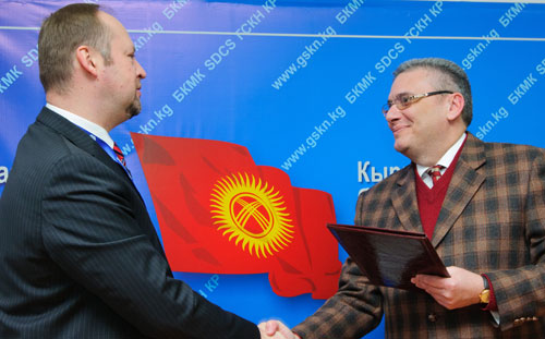 Alexander Fedulov, Head of the UNODC Programme Office in Kyrgyzstan (left) with Vitaly Kerimovich Orazaliev, head of State Service on Drug Control of Kyrgyzstan