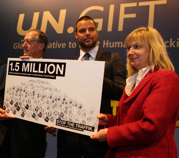 Ricky Martin and UNODC Executive Director Costa receive the petition
