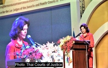 Queen Silvia speaks to 2000 Thai court reps