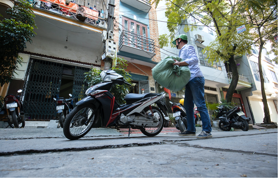 A community outreach worker delivers supplies on his motorcycle (<em>© UNODC</em>).